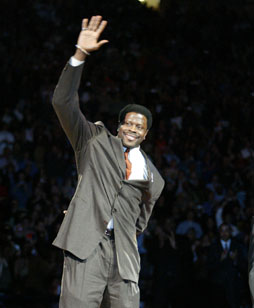 Ewing Waves To The Knick Fans